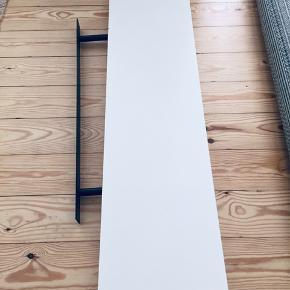 Hvid hylde fra ikae brugt og små brus mærker hvor de ikke kan ses meget  Kun 100kr  L 110 B 26