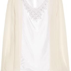 By Malene Birger skjorte i størrelse 40 med perler. Synes den er størrelsessvarende. Kan sende billeder af min egen hvis det ønskes. Fejler ikke noget. Alle perler er intakte. Stoffet er 100% silke.