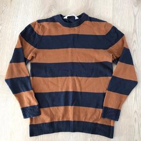 Brun/mørkeblå stribet strik-bluse, str. 122/128, H&M, næsten som ny. 10% af prisen går til Kræftens Bekæmpelse (Team Vejdik, Stafet For Livet) Se mere på mostermette.dk (IG846)