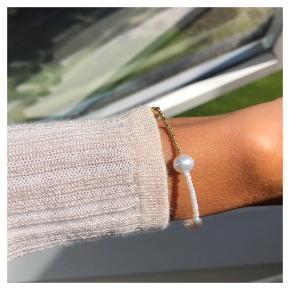 Fint Perlearmbånd  🐚 3 fine ferskvandsperler 🎐Perler i guld, rosa og hvid Lås: forgyldt Sterling sølv (26kr i indkøb) Mål: 16-16,5 cm  💵💌Prisen er inkl Porto med postnord