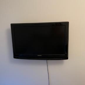 Sort fladskærms-TV fra Thomson. 32 tommer.