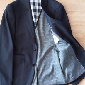 Varetype: Habitjakke - Konfirmation Farve: Sort Oprindelig købspris: 1000 kr.  Pæn jakke kun brugt én gang. Jakken har fine detaljer ved albue, kanter og foeret. Ligesom ny. Kan med fordel anvendes til konfirmation!!