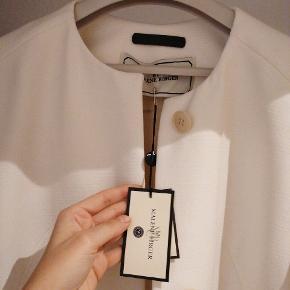 Ny Malene Birger jakke med pris mærke. Creme hvid. Størelse 36 / small.. Sælger da den er for stor til mig