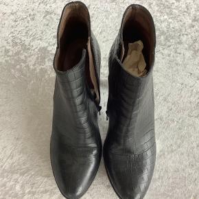 Har købt for mange wonders støvler. Jeg er helt pjattet med dette mærke på grund af comfort uanset højde Sælger dette dette par som jeg kun har brugt til en julefrokost og et bryllup