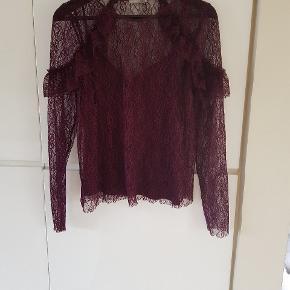 Bordeaux smuk, blondetrøje fra Zara, str. L. Lille i størrelse. Kun brugt et par gange.
