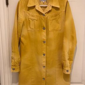 Afslappede denim kjole som er hånd sprøjtet for en slips-Dye effekt. Gennem knappet med klassisk krave og lange ærmer og med brystlommer som fuldføre udseendet. En flot skjorte/kjole i en levende gul nuance.  Rigtig fin stand  Køber betaler Porto