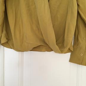 Sælger den her 100% silke skjorte fra H&M, den er i størrelse 42, men sidder helt fint på mig som er en str. 36, har bare brugt den som en oversize loose fittet skjorte, som så super flot ud.   Tager gerne imod bud og giver mængderabatter :)