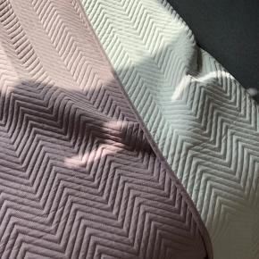 Sengetæppe i to farver hvis og lys lilla  200x240