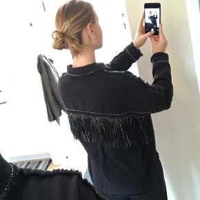 Fed Zara jakke, brugt få gange. Der er igen huller eller andre tegn på slid.