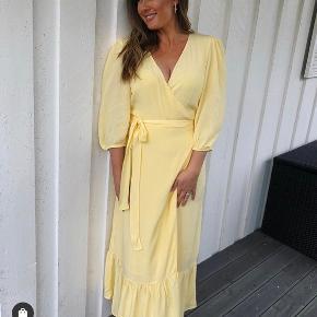 Smuk kjole, som kun har været prøvet på. Stadigvæk med tags i. Kom med et bud
