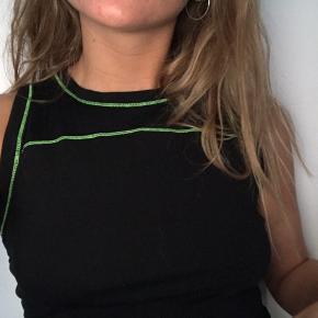 Kjole fra Collusion (ASOS) sælges, da den er for stor og bare har ligget i skabet  Kort kjole med neongrønne syninger, derudover kan længden justeres (se billede 3), hvor de grønne snore sagtens kan gøres mindre tydelige bare med lidt knuder og kreativitet 💚 Kan ikke huske NP MP: 50,- (ekskl. fragt) Jeg sender gerne flere billeder til dem der er interesseret 💚