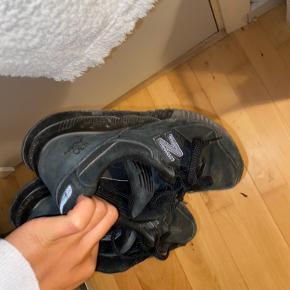 De er brugt, men ikke slidte. De passer fra 37 til og med 38. De bliver renset inden.  BYD ellers?