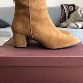 Pæne ATP Atelier støvler i lysebrun ruskind sælges. Støvlerne er brugt to gange og derfor er standen næsten som ny. Nypris for støvlerne er 2600,- Jeg har ikke kvitteringen, men dustbag og skoæske medfølger.