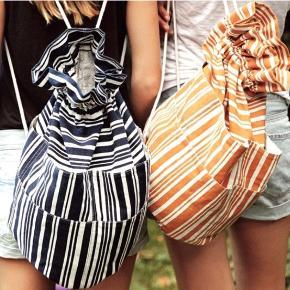 Strand taske/rygsæk fra becksondergaard. Helt ny, stadig med mærke. Mørkeblå og hvid stribet. Lommer hele vejen rundt om tasken. Np 599kr.