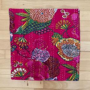 Indisk pudebetræk, måler ca 40*40 cm