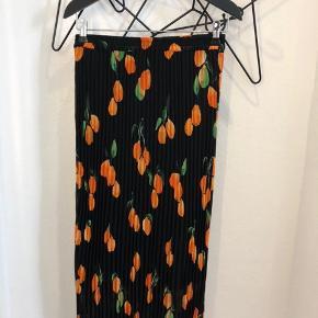 Just female sort plissé nederdel str. S brugt 1 gang.. Nypris 700 kr. - Mp 250 kr.