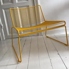Hay Hee lounge stol i gul. Har enkelte brugsmærker, men ellers fremstår den helt som nu.  Nypris 1.500 kr.  Kan afhentes i København og Horsens