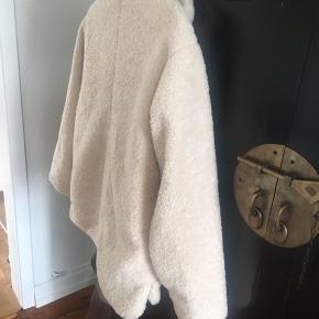 Fed hygge jakke, vamset og dejlig blød til de sene sommeraftener, hvor det er koldt. Den har 3/4 lange ærmer
