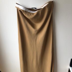 Flot satin-nederdel fra pieces med elastik i taljen. Brugt én gang og ses på billedet. Har en lille plet, som ses på sidste billede: havde den også da jeg købte den, og sælges derfor billigt