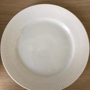 8 stk. hvidriflet kage/frokost tallerkner 19 cm. Ingen skår eller slid. Prisen er pr. stk.