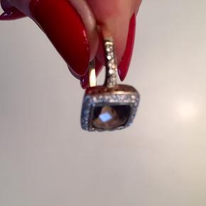 Gulring m. Røgtopas og diamanter 0.26 ct. Ring i 8 kt. guld prydet med en røgtopas flankeret af små diamanter på samlet ca. 0.26 ct. Farve: Wesselton- Top Cape/ H.K. Klarhed: VS1- S1. Ringstr. Ø18.25/57. Ringen fremstår meget flot uden spir af brug. Meget spil og reflex i sten. Midtersten har en flot varm farve og stråler. Køber betaler porto. Der er papirer på ringen.