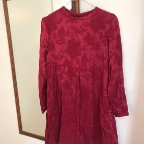 Ny kjole fra Zara Desværre lidt for lille til mig Har stadig prismærke i