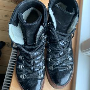 Angulus vinterstøvler i sort lak.  God men brugt