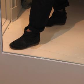 - Pris er inkl Porto  Mega flotte sko, som næsten ikke er gået med 🧸💌  Har en indvendig hæl og lynlås bag i! Tilbyder mængde rabat på alle mine ting 🤪