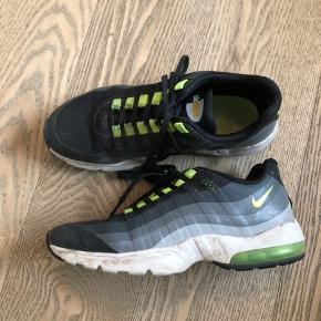 Nike air max  Vildt fede sneakers i god stand.   Lidt små i størrelsen.   Køber betaler fragt.