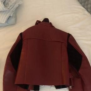 Jeg sælger denne Acne læderjakke i en slags mørkerød :-) den er i rigtig god stand!