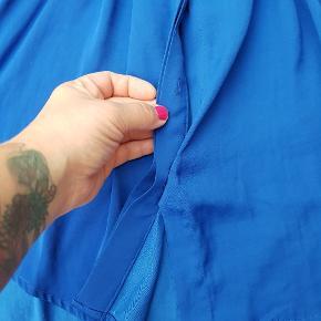 Super fin skjorte i polysilk - mangler en knap, men der er én på vaskeanvisningen, som nemt kan sys på 😊✌