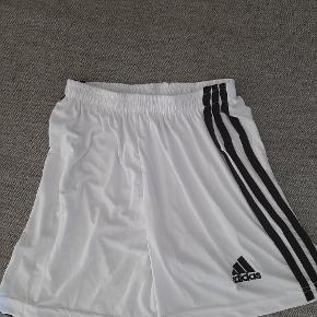 Super fede Adidas shorts.  Kig endelig forbi mine andre annoncer.   Kan hentes på Amager eller sendes mod betaling
