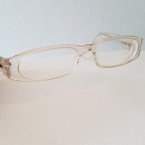 Dette er en almindelig brille   Venstre glas er dd. målt af optiker til - 3,25 Højre glas er dd. målt af optiker til - 3,00