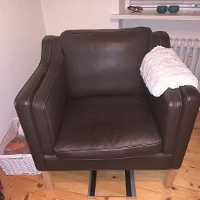Mørke brun læderstol fra HURUP MØBLER! Np : 6000 kr  Prisen kan forhandles...
