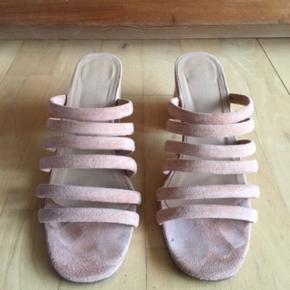 Fine sandaler fra Paloma Wool netop købt på ts - desværre for store til mig, da jeg er en str 37 😔 SÅ smukke 💕 skoene er en anelse mere ferskenfarvede end billedet viser.   De har kun været brugt få gange og står derfor i næsten helt ny stand. Selfølgelig med synlig brug under sålerne fra de få gange i brug.  Virkelig skønne