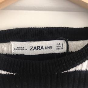 En langærmet stribet crop top fra Zara i str S i strækstof. Aldrig brugt.