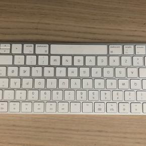 Apple tastatur, brugt meget få gange, og virker som det skal