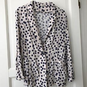 HM x Anna Glover sæt med shorts og bluse, sælges samlet. Er brugt 1-2 gange. Str 36.