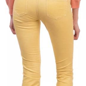 ISABEL MARANT ETOILE gule fløjlsbukser/jeans i str. 34/XS   Sælger dem for min kæreste, de er nye og har aldrig været brugt. Nypris 1600 kr  Har 2 par til salg (det andet mønstret).