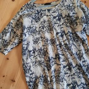 Str m/l. Kan bruges som bluse eller evt. kjole 😊 Måler ca 2*61 cm fra armhule til armhule og  2*49 cm forneden. Længde ca 77 cm.