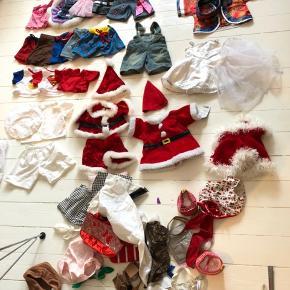 Build a bear - sæk med bamsetøj. Rigtig mange sæt, sko og accessories. Brugt en del men stadig til mange timers leg.