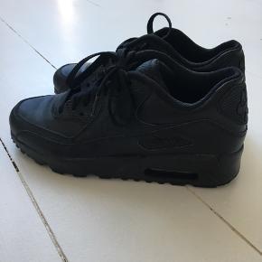 Sælger disse Nike air max for min lillebror,  da de desværre er for små - det er nemlig børnemodellen han købte dem i, hvilket gør at de er for smalle til hans fod. Han har kun gået med dem i knap 2-3 timer og derfor vil han gerne så tæt på NP som muligt.  Np var 650kr.  Byd!