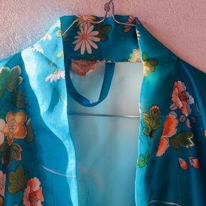 Virkelig smuk kimono købt og lavet i Japan.  + løst bælte i samme stof.  Materiale: 100% polyester.