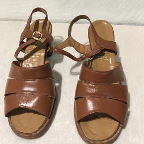 På undersiden kan det tydeligt ses at skoen er blevet brugt godt, men oversiden er det ikke lige så tydligt