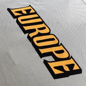 En lyseblå Polo skjorte fra Balenciaga. Det er en big-time oversized M - kan sagtens passe også Extra Large. Perfekt stand. Ser supercool hvis man har en hoodie eller sweat under. Har kvittering.  Bredde: 90cm Længde: 100cm