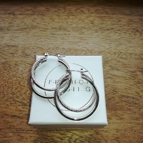 Øreringe i sølv fra Friihof+sigg. Aldrig brugt, kun prøvet på. Måler 3 cm. Sendes mod betaling