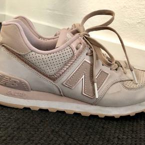 Super fine New Balance sneakers - lidt små i størrelsen (svarer til str 39 vil jeg mene).