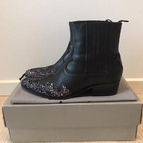 Custommade addie støvler, så mega fede med glimmer. Nypris 2300. De er true to size :)   De er brugt 3 gange.   Søge ord Cowboy støvler, western støvler,