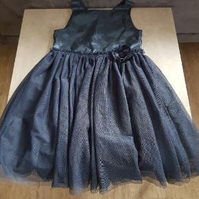 H&M kjole i str. 134. Den er i rigtig pæn stand, og er uden huller og pletter. Den er fra røg og dyre fri hjem, og er vasket i neutralt. Den kan afhentes i 6700, eller sendes hvis porto bliver betalt.