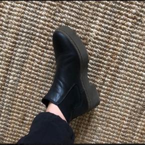 Sorte læderstøvler, med plateau fra Show Biz.  Brugt en enkel sæson :)